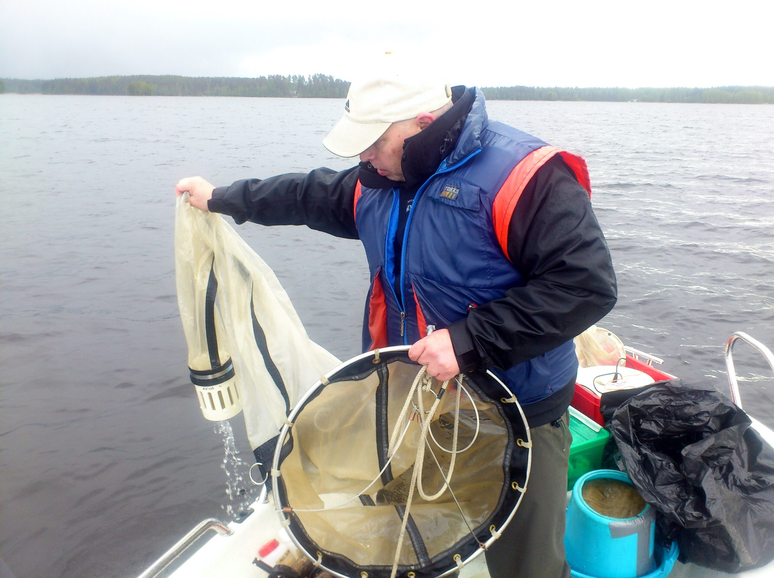 Alajärvellä tehtyyn ravintoverkkoselvitykseen liittyivät eläinplanktonin näytteenotot. Selvityksen kenttätyöt teki Helsingin yliopiston väki, kuvassa Mika Vinni.