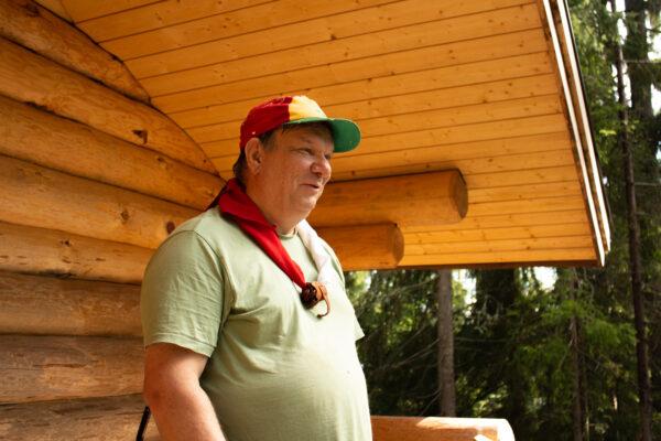 Timo Valli uuden kämpän edustalla.