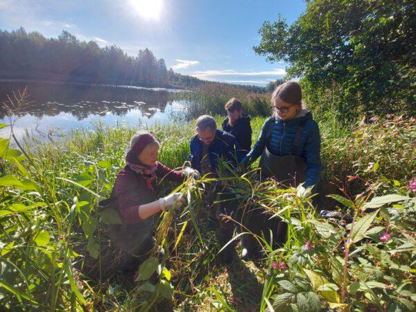 HAMKin bio- ja elintarvitekniikan opiskelijat näytteenotossa Vanajaveden rannalla Visamäessä.