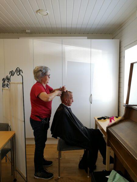 Nainen parturoi miestä