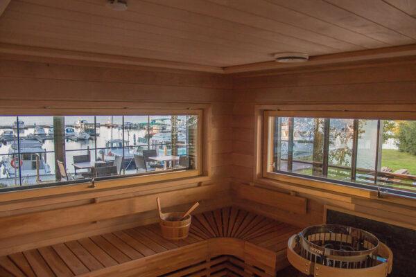 sauna ja ikkunoista avautuu maisema, jossa näkyy veneitä.
